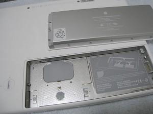 MacBookのバッテリーを取り外したところ
