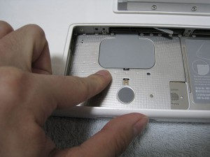 メモリに触る前に金属部にタッチして静電気を除去!